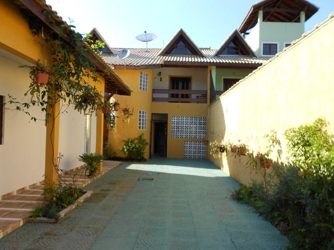 Otima casa no Guaraú a 200 metros da praia, com 5 dormitorios...